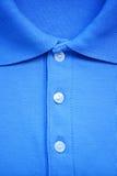 Fermez-vous vers le haut du T-shirt bleu de polo Images stock