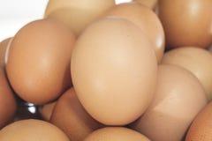 Fermez-vous vers le haut du tas des oeufs crus frais de poulet Photos stock
