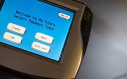Fermez-vous vers le haut du terminal de paiement avec le texte générique Photos libres de droits