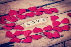 Fermez-vous vers le haut du texte en bois pour l'AMOUR et du coeur rouge sur le fond en bois Image libre de droits