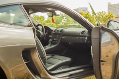Fermez-vous vers le haut du tir à l'intérieur de la vue de Porsche Cayman Photo stock
