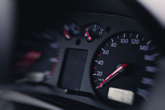 Fermez-vous vers le haut du tir d'un tachymètre dans une voiture image libre de droits