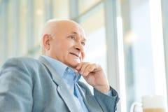 Fermez-vous vers le haut du tir d'un vieil homme dans les pensées images stock