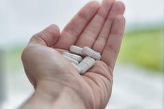 Fermez-vous vers le haut du tir d'une main complètement des pilules photo libre de droits