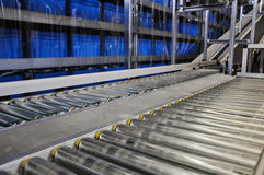 Fermez-vous vers le haut du tir de deux convoyeurs de rouleau dans un entrepôt automatisé en Allemagne Photo libre de droits