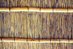 Fermez-vous vers le haut du tir de l'intérieur d'un toit couvert de chaume de reet avec des applications de poutre transversale Photo libre de droits