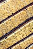 Fermez-vous vers le haut du tir de l'intérieur d'un toit couvert de chaume de reet avec des applications de poutre transversale Photos stock