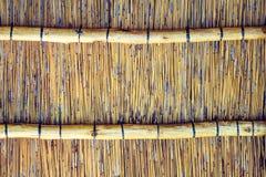 Fermez-vous vers le haut du tir de l'intérieur d'un toit couvert de chaume de reet avec des applications de poutre transversale Photographie stock libre de droits