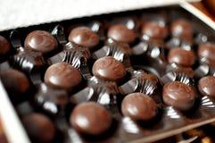 Fermez-vous vers le haut du tir de la boîte à chocolats de cerise Photos libres de droits