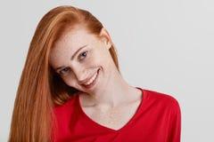 Fermez-vous vers le haut du tir de la femelle couverte de taches de rousseur heureuse avec de longs cheveux de gingembre, sourire Images libres de droits
