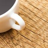 Fermez-vous vers le haut du tir de la tasse d'americano sur la vieille table en bois Photo stock