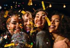 Fermez-vous vers le haut du tir de quatre jeunes femmes faisant le selfie Photo libre de droits