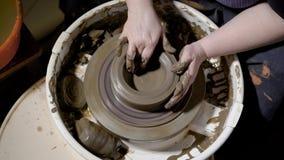 Fermez-vous vers le haut du tir des articles d'argile, les formes de maître la forme du pot sur la roue du ` s de potier, morceau banque de vidéos