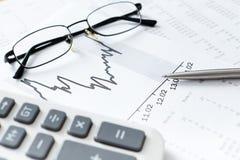 Fermez-vous vers le haut du tir des documents d'entreprise et des lunettes Photo stock