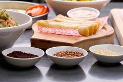Fermez-vous vers le haut du tir des graines de sumac, de lentille et de quinoa avec les petits pains et la salade de fromage à l' Image libre de droits