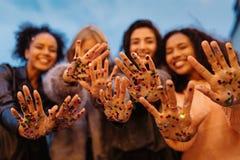Fermez-vous vers le haut du tir des mains femelles avec des confettis Photo libre de droits
