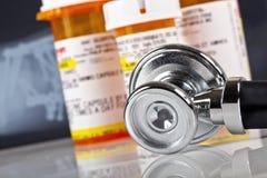 Fermez-vous vers le haut du tir du stéthoscope avec des bouteilles de pilule à l'arrière-plan images stock