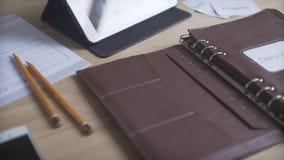 Fermez-vous vers le haut du tir du traqueur quotidien d'habitude de journal de balle de planificateur de cas de livre en cuir bru banque de vidéos