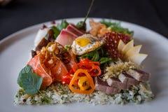 Fermez-vous vers le haut du tir latéral du plat créatif de Chirashi Photo stock