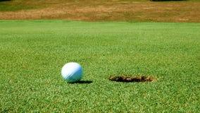 Fermez-vous vers le haut du tir du putt de golf sur le beau terrain de golf banque de vidéos