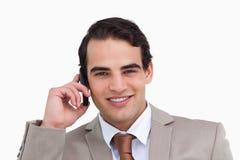 Fermez-vous vers le haut du vendeur sur son portable Photo stock