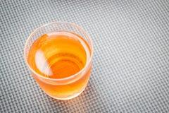 Fermez-vous vers le haut du verre de jus de fruit frais de mélange Images stock