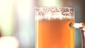 Fermez-vous vers le haut du verre de rotation de bière anglaise légère banque de vidéos