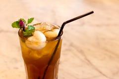 Fermez-vous vers le haut du verre de thé de litchi avec le fruit frais de litchi photos stock