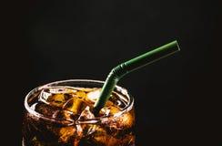 Fermez-vous vers le haut du verre glacé de kola Boissons non alcoolisées de l'eau de scintillement en verre Images libres de droits
