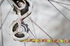 Fermez-vous vers le haut du vieux dérailleur rouillé d'arrière en métal sur la roue arrière du vintag photo libre de droits