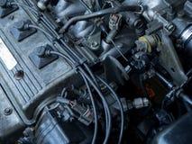 Fermez-vous vers le haut du vieux moteur de voiture complètement des taches d'huile Photographie stock libre de droits