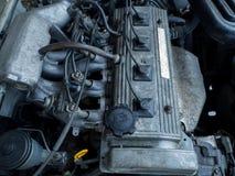 Fermez-vous vers le haut du vieux moteur de voiture complètement des taches d'huile Images stock