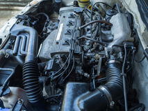 Fermez-vous vers le haut du vieux moteur de voiture complètement des taches d'huile Photo libre de droits