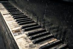 Fermez-vous vers le haut du vieux piano Photo libre de droits
