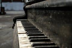 Fermez-vous vers le haut du vieux piano Photos stock