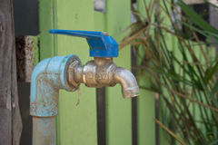 Fermez-vous vers le haut du vieux robinet sur le mur de tuile pour le fond Photo stock