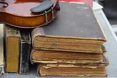 Fermez-vous vers le haut du vieux violon et livres d'antiquité de vintage Image stock
