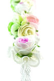 Fermez-vous vers le haut du vintage blanc et de la fleur rose de tissu d'isolement Photos libres de droits