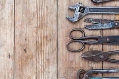Fermez-vous vers le haut du vintage de vue s'est rouillé des outils sur la vieille table en bois : pinces, clé à tube, tournevis, Photos stock