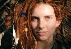 Fermez-vous vers le haut du visage de femme avec des Dreadlocks et la perforation Images libres de droits