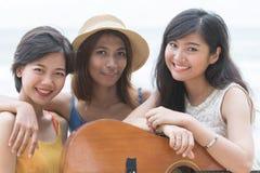 Fermez-vous vers le haut du visage de l'amie asiatique thaïlandaise de femme de trois styles avec le happin Photographie stock