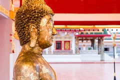 Fermez-vous vers le haut du visage de l'or Bouddha avec des feuilles de feuille d'or en Thaïlande Photo libre de droits