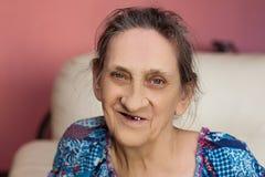 Fermez-vous vers le haut du visage de la belle femme de sourire avec des rides Aîné plus âgé Image stock