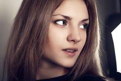 Fermez-vous vers le haut du visage du tir attrayant de studio de jeune fille images stock