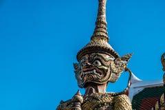 Fermez-vous vers le haut du visage géant de garde chez Wat Pha Kaew Photographie stock