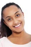 Fermez-vous vers le haut du visage heureux d'une jeune fille indienne asiatique photo libre de droits