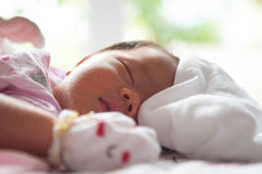 Fermez-vous vers le haut du visage nouveau-né avec la lumière du soleil Une partie de visage Nouveau-né dort Photo libre de droits