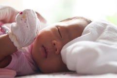 Fermez-vous vers le haut du visage nouveau-né avec la lumière du soleil Une partie de visage Nouveau-né dort Photo stock