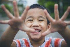 Fermez-vous vers le haut du visage riant des enfants asiatiques jouant avec émotion de bonheur photo stock