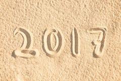 Fermez-vous vers le haut le 2017 d'écrire dans le sable Photographie stock libre de droits